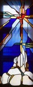 会堂ステンドグラス (「世の光」「地の塩」を表わしています)