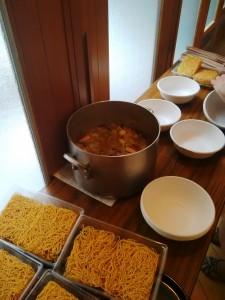 食卓礼拝の皿うどん。手前のパリパリ麺に、鍋の中の具をかけていただきました。